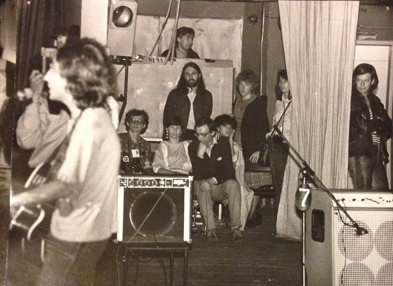 У микрофона смазанный Башлачев, по центру снимка виден Сева Гаккель (виолончелист группы «Аквариум»)