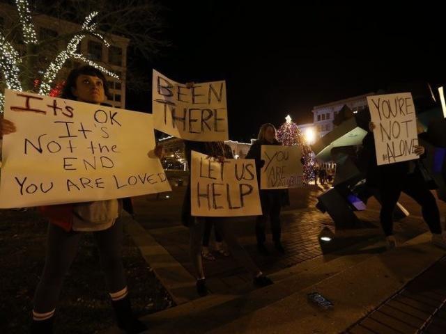 На площади собрались люди, наблюдая за событиями. К 9 вечера около десятка человек стали разворачива