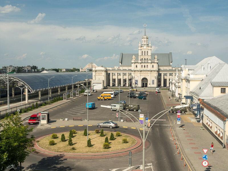 С другой стороны — вокзал.