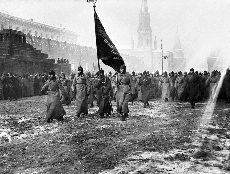 308319 Участники военного парада на Красной площади в день празднования 10-й годовщины Октябрьской революции.jpg