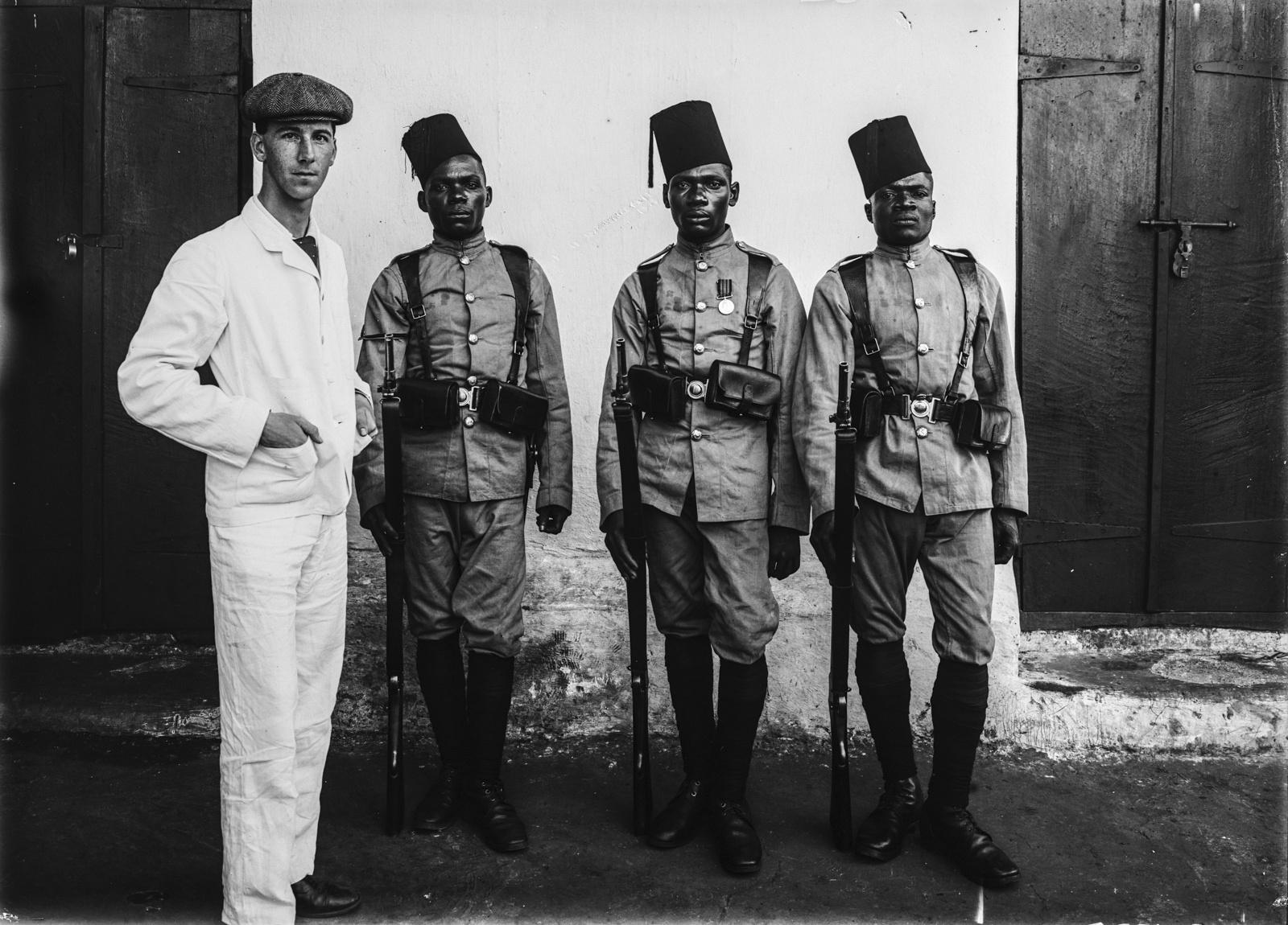 85. Групповой портрет трех солдат немецких колониальных войск и одного исследователя