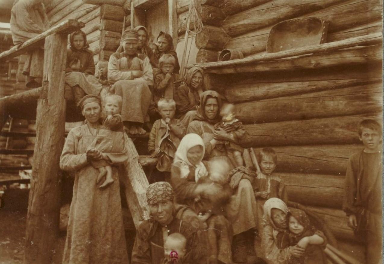 Деревенские женщины с детьми