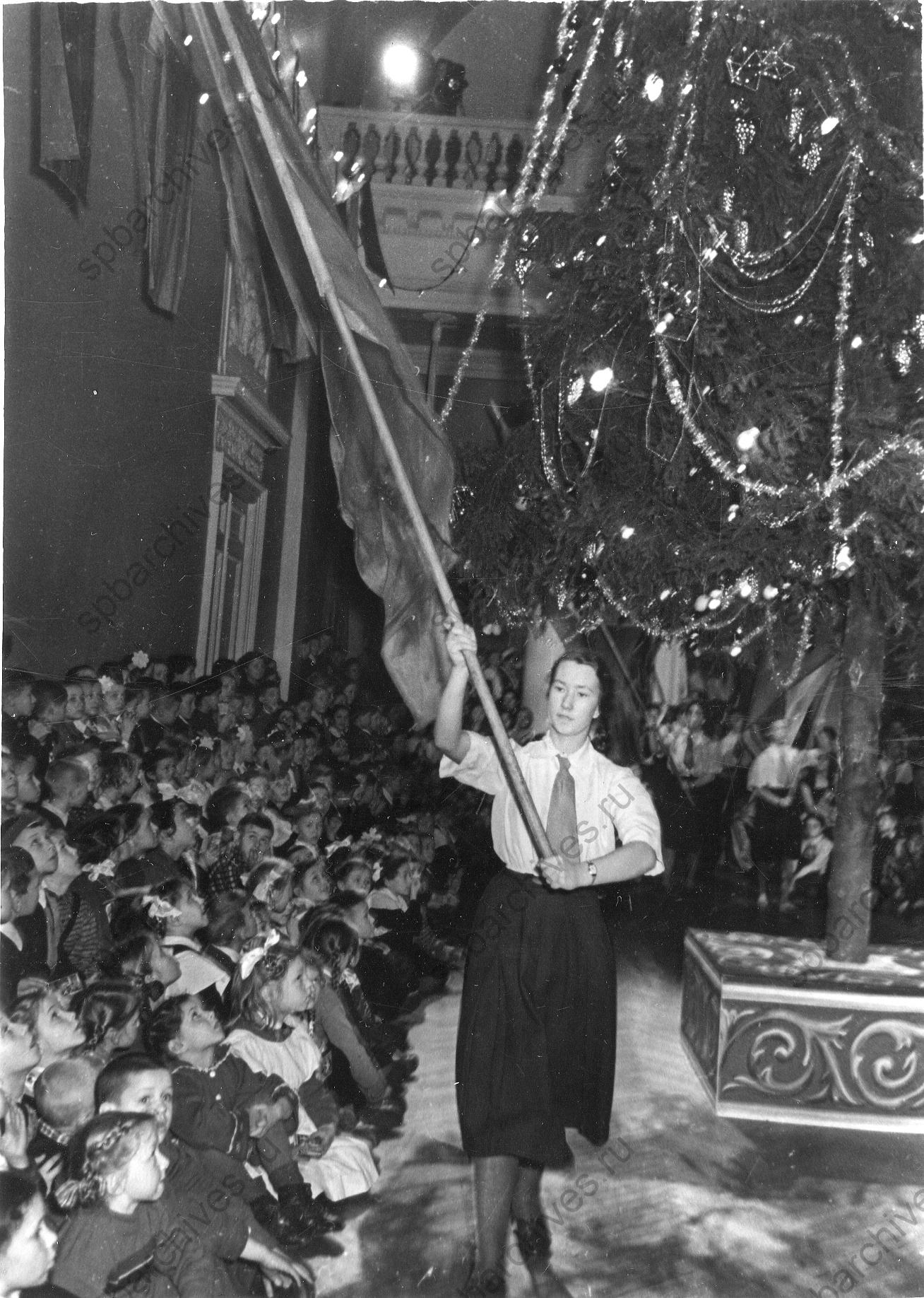 1950-е. Вынос красного знамени на празднике новогодней елки во Дворце пионеров им. А.А. Жданова