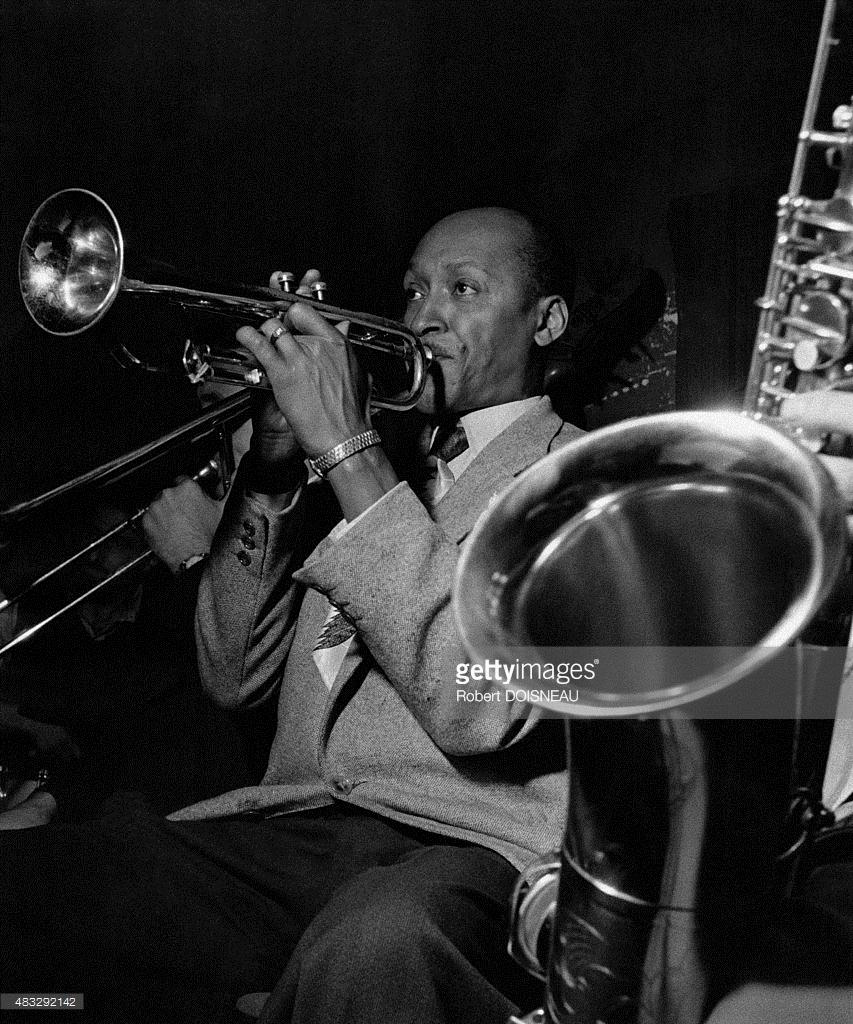 Американский джазовый трубач Билл Коулман на сцене