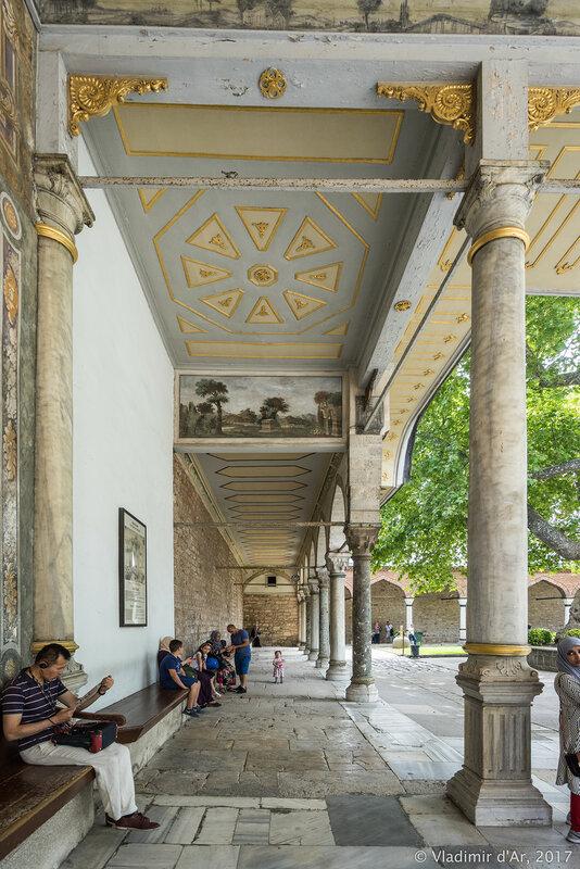 Дворец Топкапы в Стамбуле. Ворота Счастья, ворота Блаженства, Баб-юс Саадет (Bab-ü Saadet).