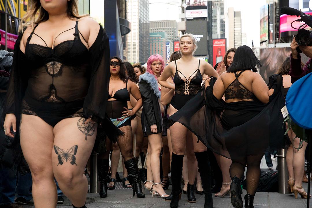 Полураздетые девушки всех размеров прошлись по Таймс-сквер показ, REALCatwalk, девушка, приняли, участие, женщины, прошёл, женщин, Таймссквер, дефиле, Кристиана, девушек, красоты, организовала, размеров, настолько, прохожие, ошеломлена, какая, любви