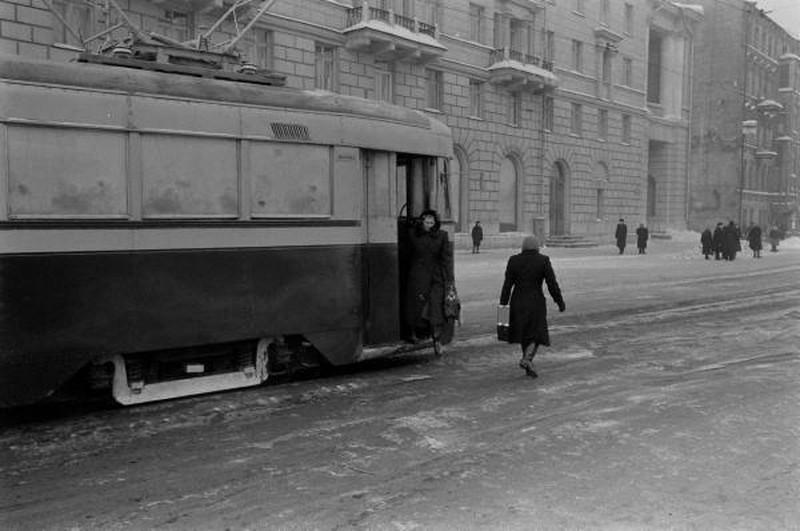 Гости приехали в замерзшем трамвайчике. Мне кажется, что это проспект Мира.