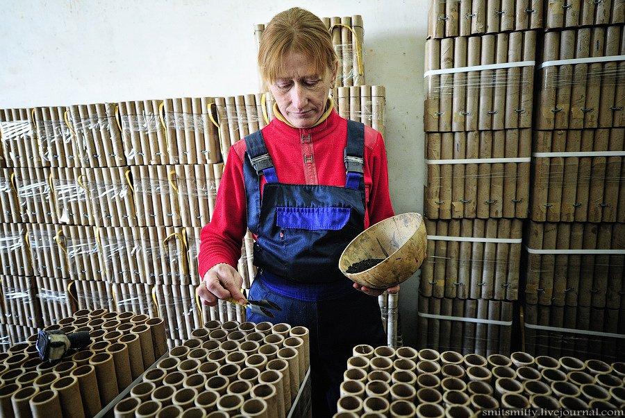 Закладка пороха в направляющие трубки изделий на участке зарядки батарей салютов: