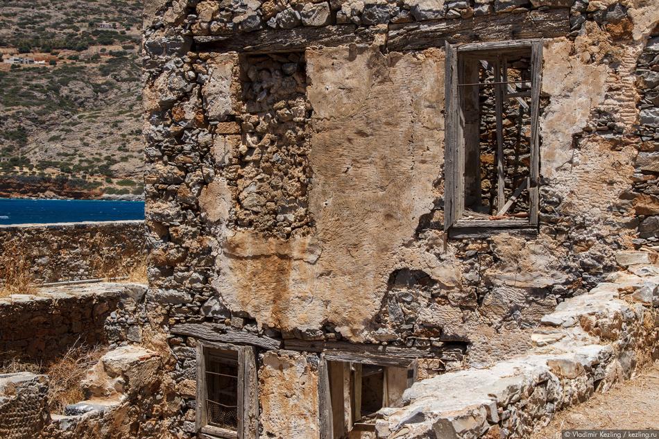 Со временем на острове стали появляться кафе и магазины, была построена церковь. На Спиналонгу с Кри
