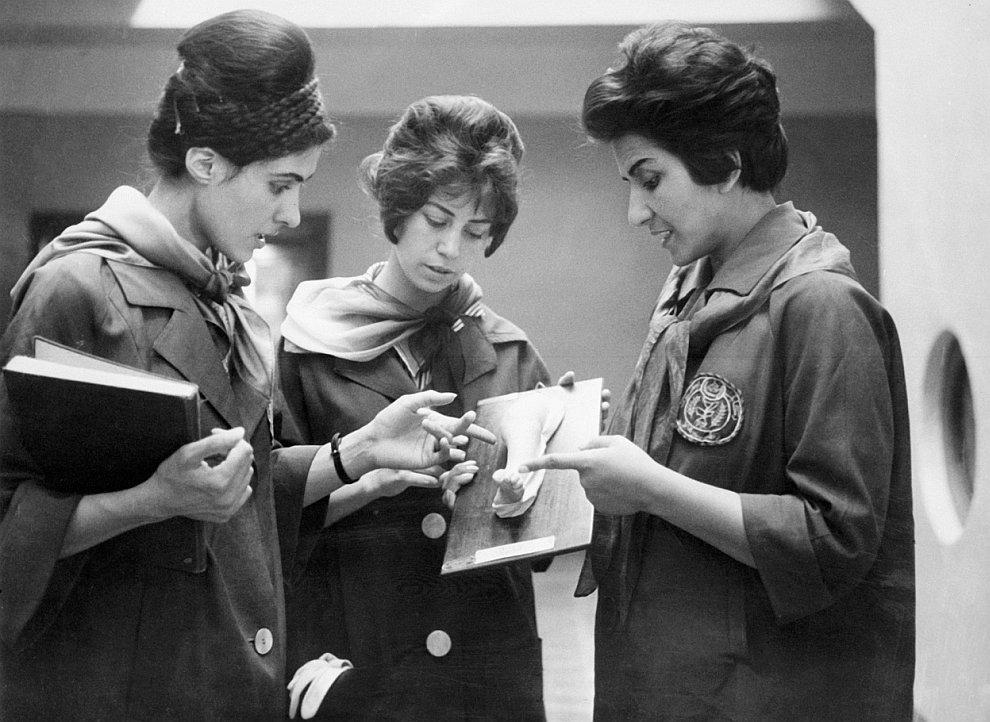 Около  кофейни в Алжире , 17 июня 1962 года. (Фото FARENC | AFP | Getty Images):