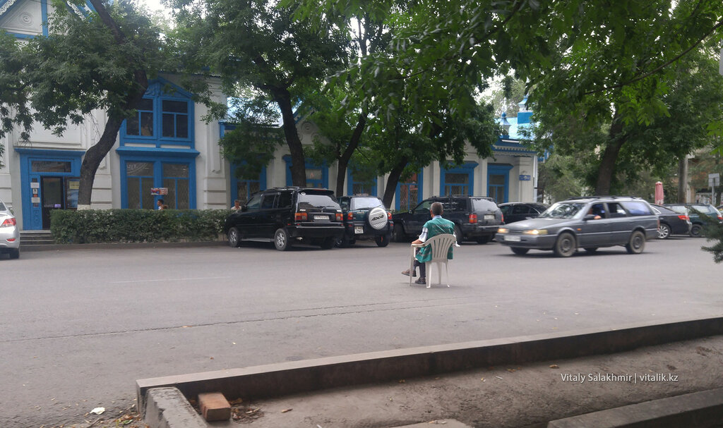Парковщик в жилетке.