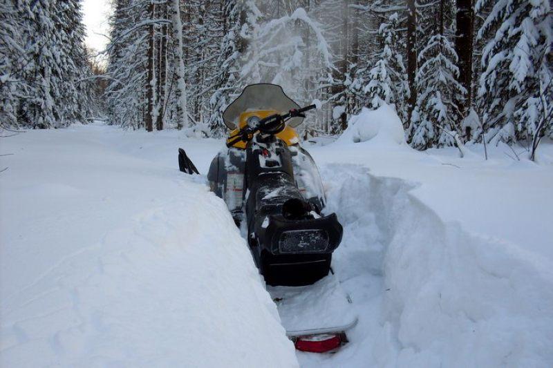 Управление снегоходом по глубокому снежному насту
