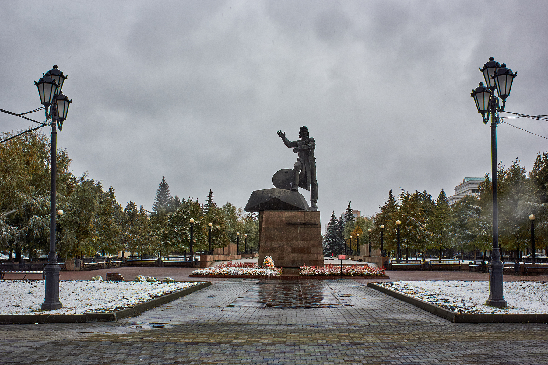 Памятник Роза из двух видов гранита Байкальск Мемориальный комплекс с арками и колонной Лесосибирск