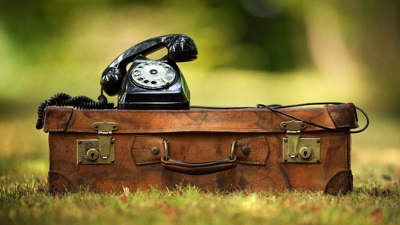 CHyornyj-telefon-na-starom-chemodane.jpg