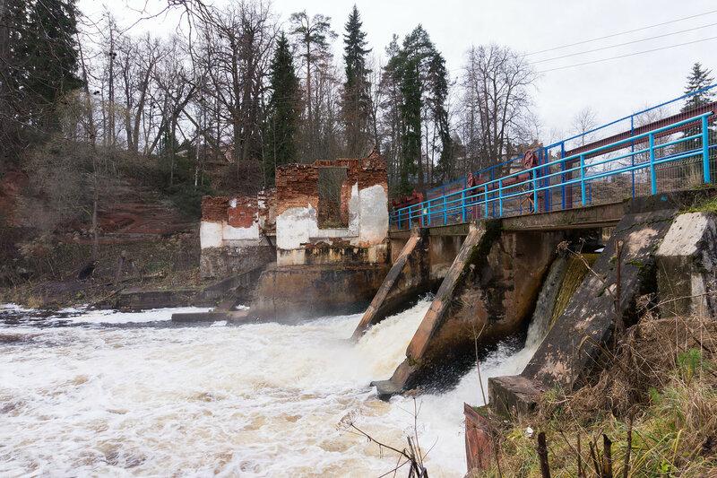 плотина на реке Оредеж в Белогорка