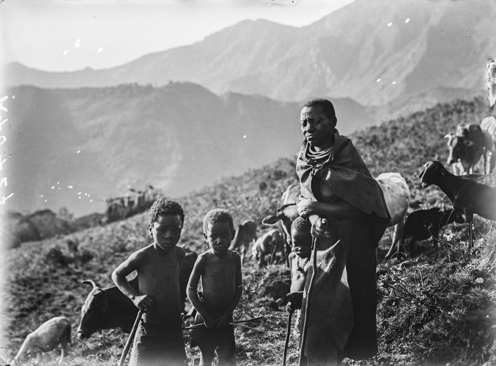138. Женщина народности паре с детьми во время ухода за овцами и крупным рогатым скотом на горном склоне