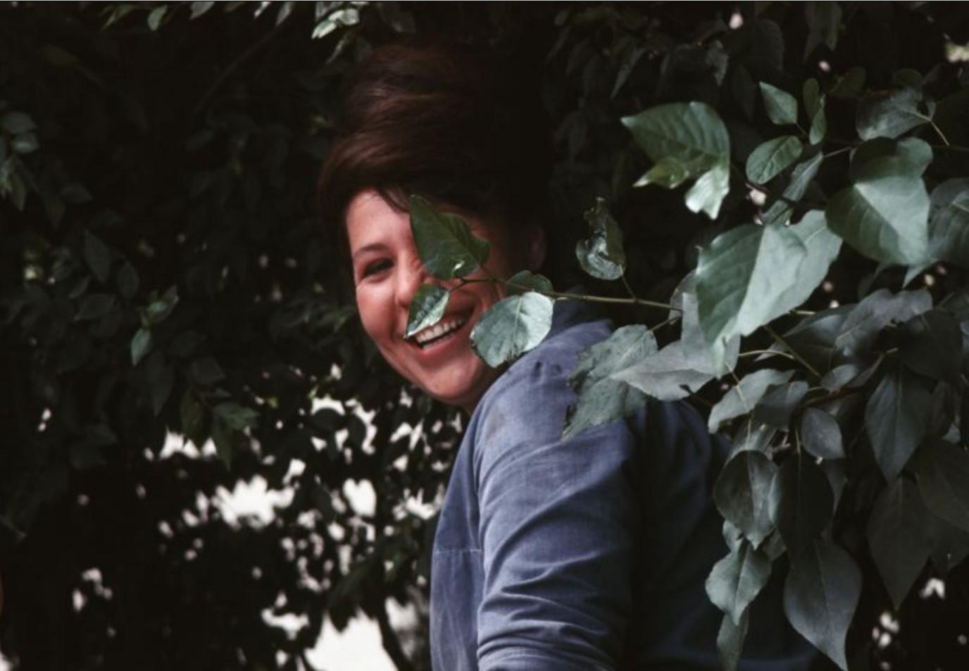 Женщина в кустах