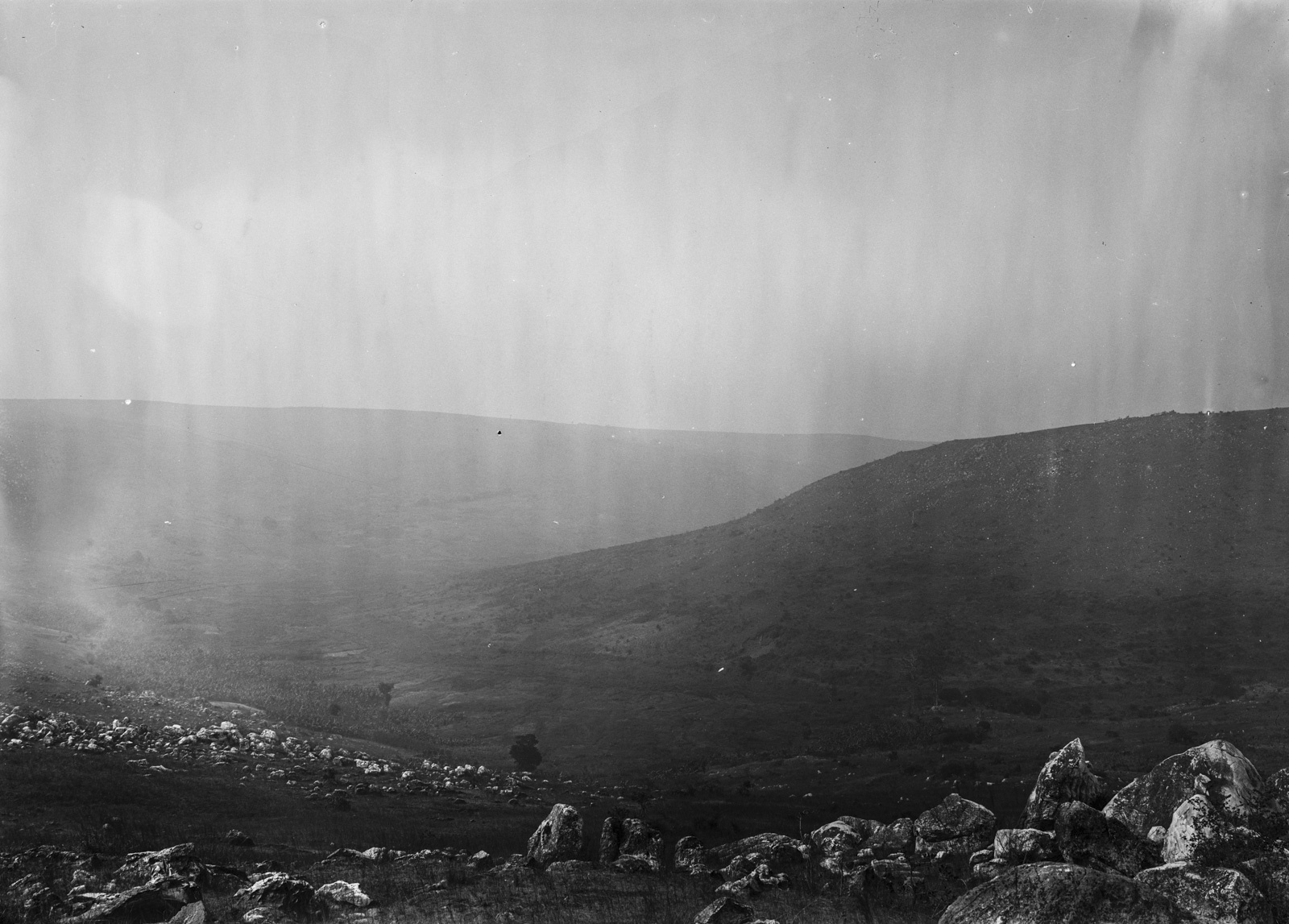 242. Вид с холма на горный пейзаж и долину