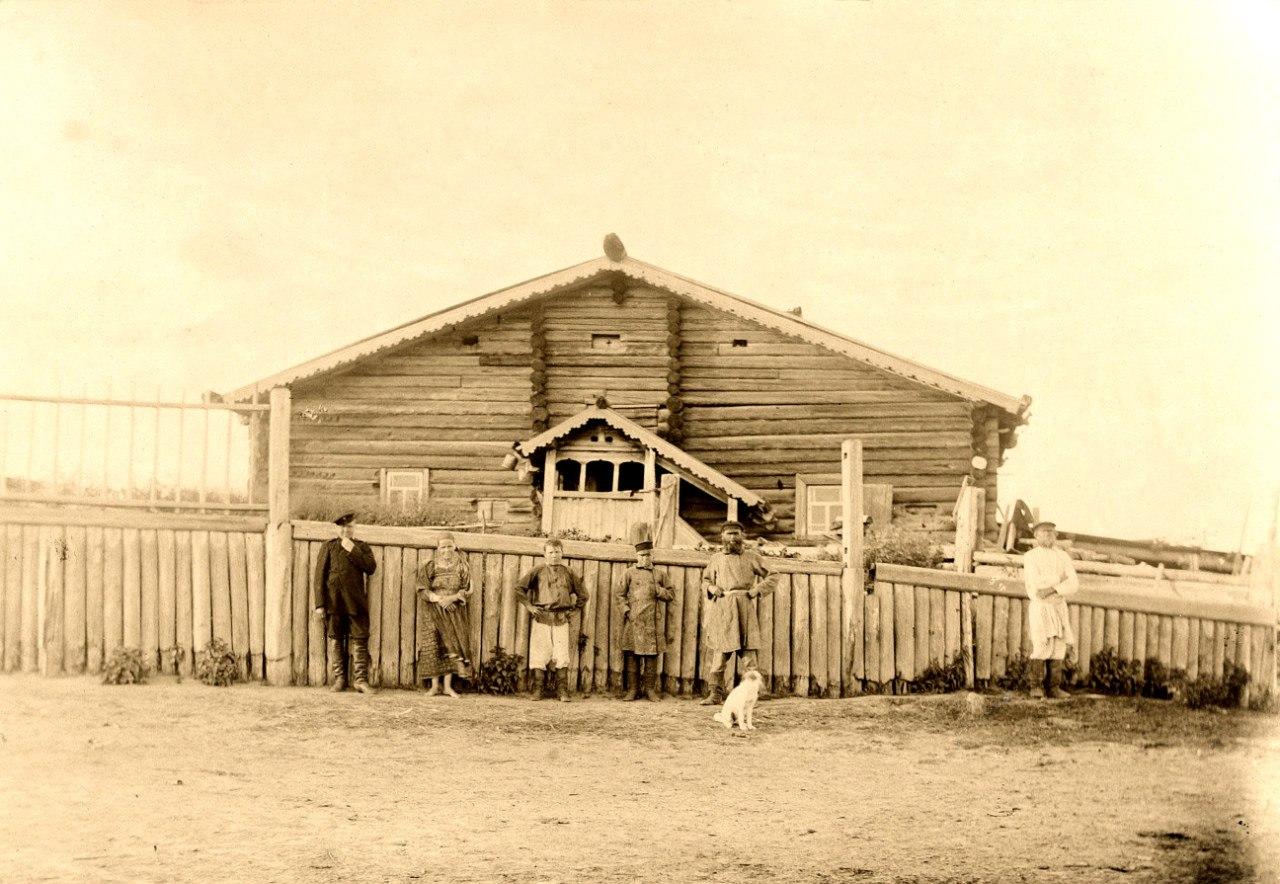 Крестьяне Яренского уезда у своего дома