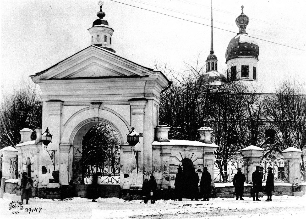 Вид Рождественской церкви и ворот ее ограды с угла Троицкого проспекта и Рождественского переулка