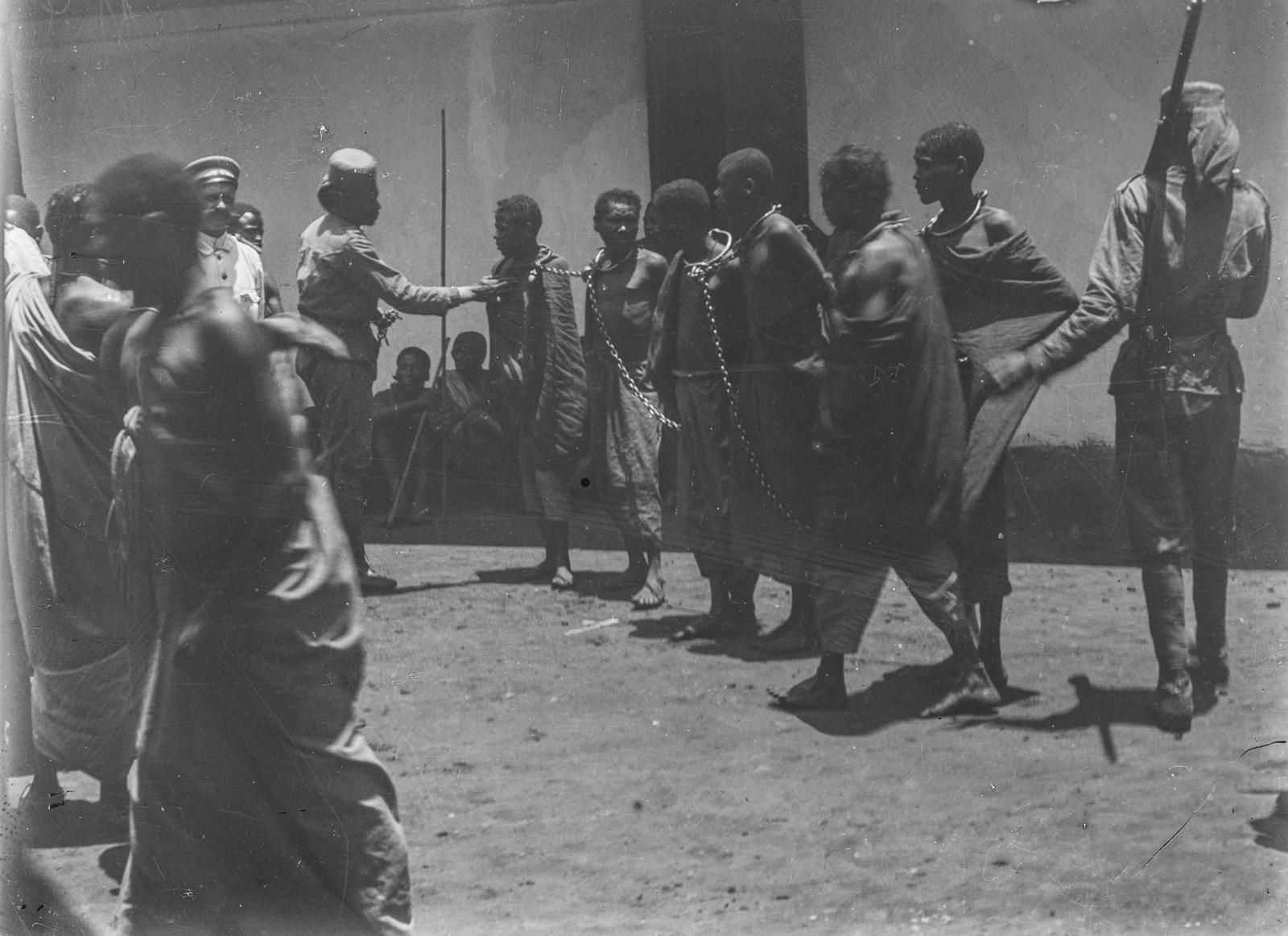300. Станция немецкого общества Восточной Африки (ДОАГ)  в Моши. Солдаты немецких колониальных войск и заключенные в цепях