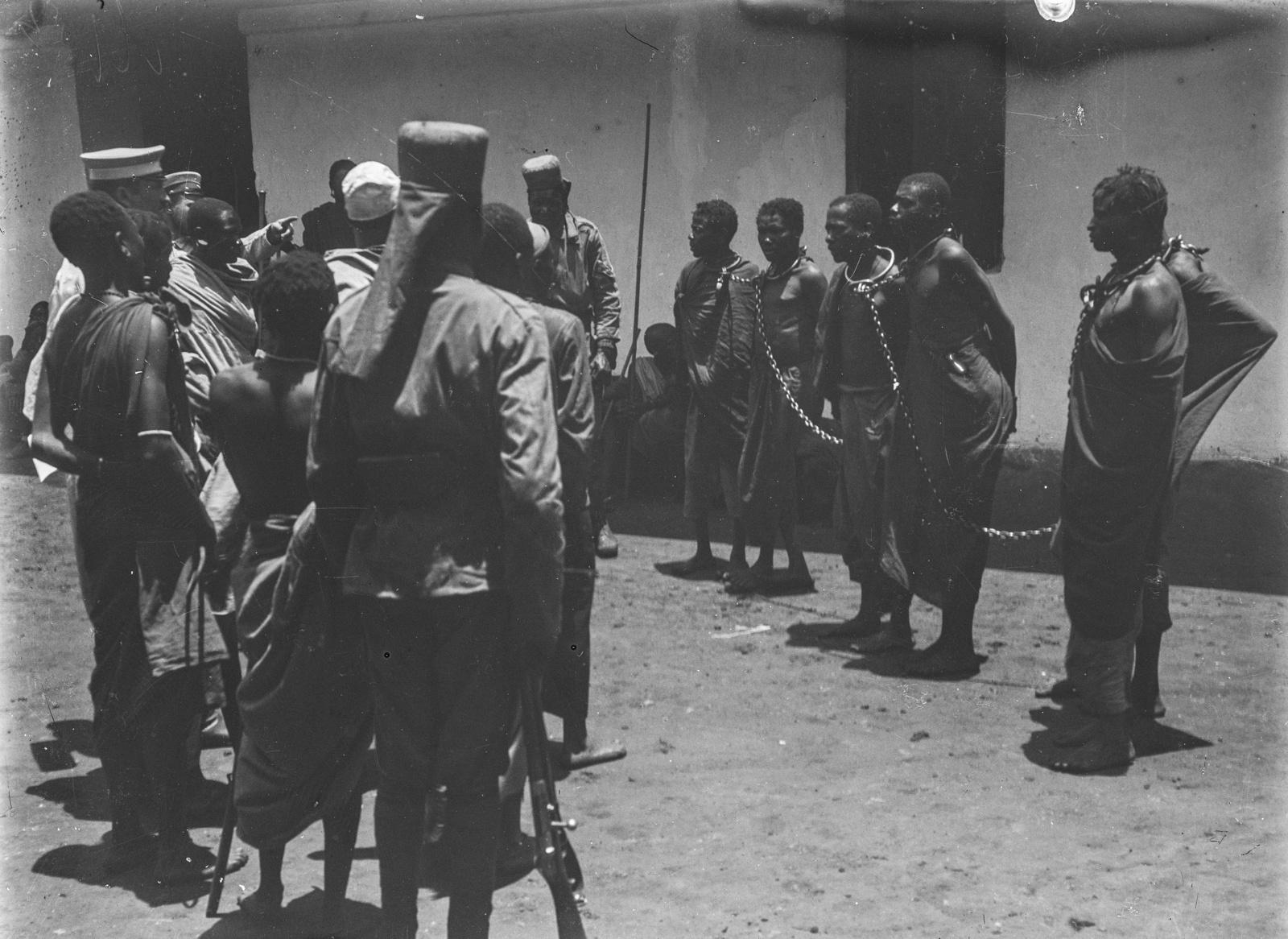 301. Станция немецкого общества Восточной Африки (ДОАГ)  в Моши. Солдаты немецких колониальных войск и заключенные в цепях
