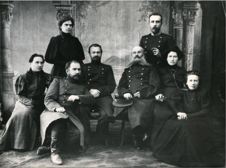 Мария и Николай Золотаревы с офицерами Иркутского гарнизона
