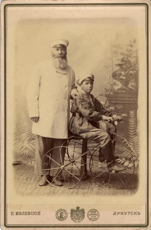 Портрет неизвестного с мальчиком, сидящим на велосипеде