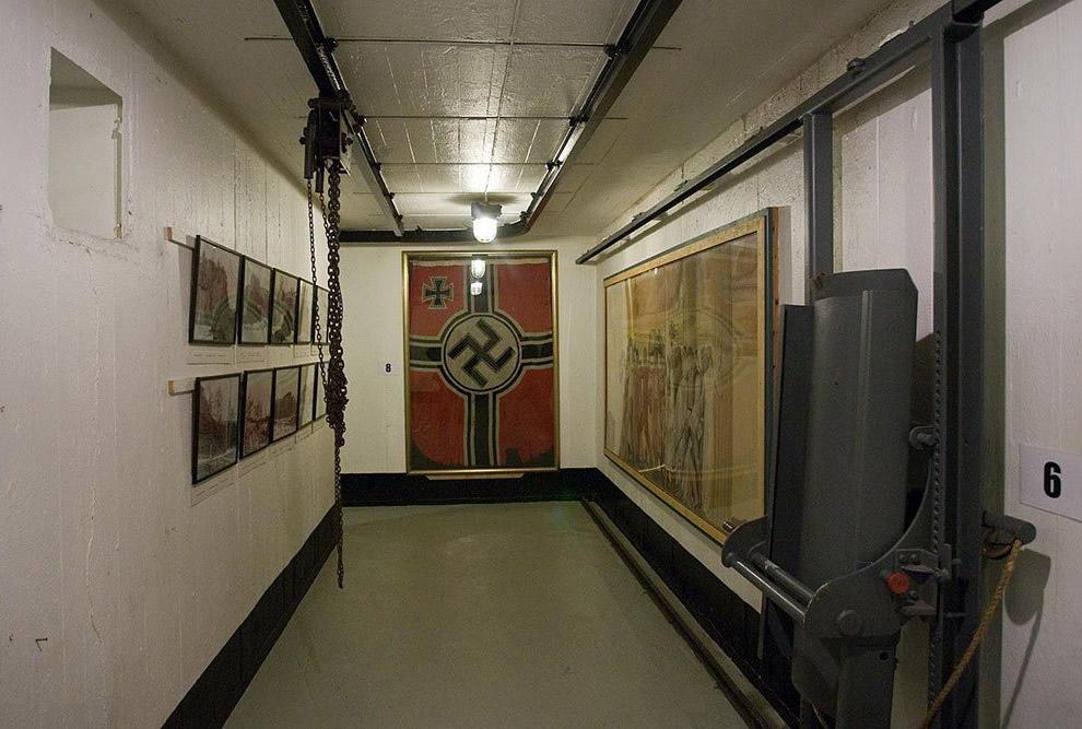 Вся скала под маяком пробита тоннелями и ходами, а на поверхности остались места, где стояли орудия