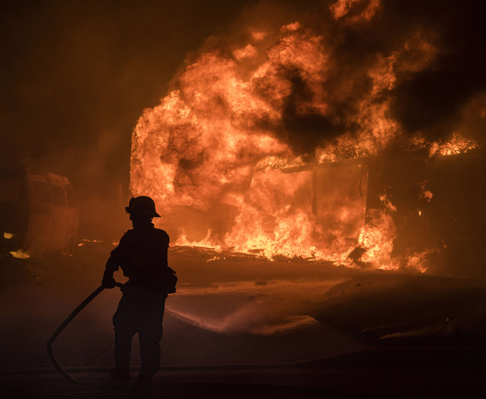 18. Выжженная местность в округе Вентура, Калифорния, 5 декабря 2017. (Фото Noah Berger):
