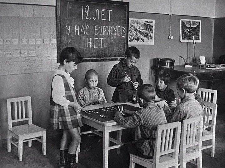 3. Дети в детском саду рисуют плакат к празднованию 12-й годовщины Октября, 1октября 1929 года