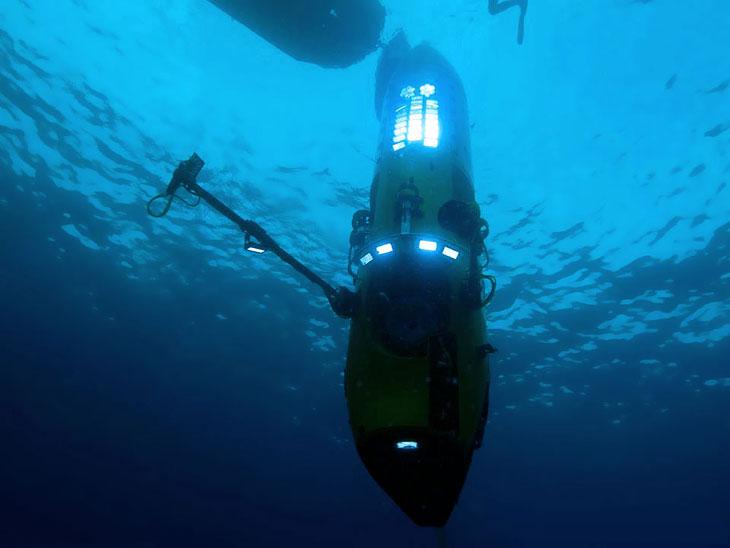 Марианская впадина  — самый глубокий на земле желоб на западе Тихого океана. Он прот