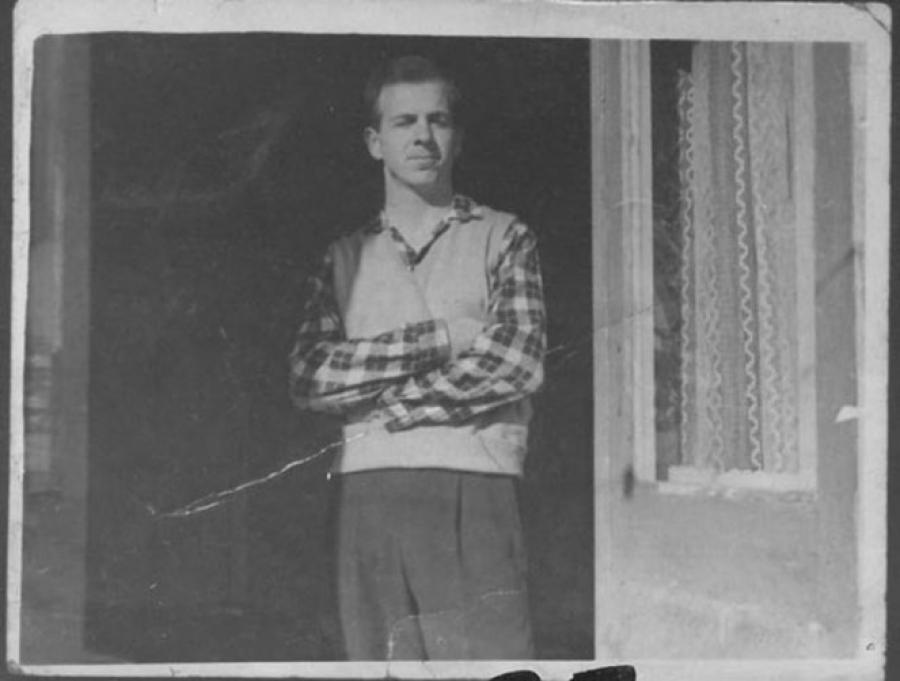 Освальд хотел учиться в МГУ, но был отправлен работать токарем на Минский радиозавод имени Ленина. В