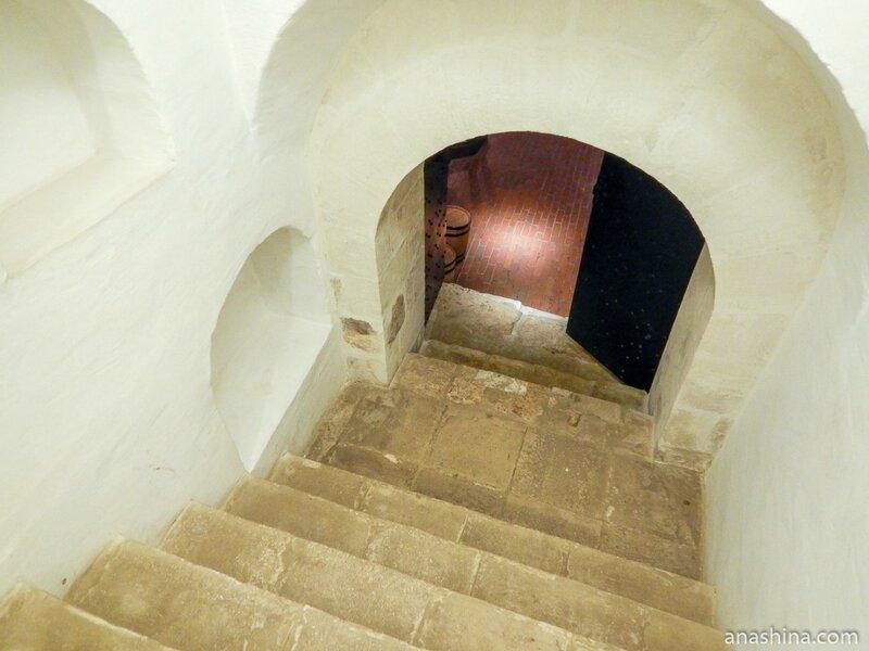 Лестница в подклет, Старый Английский двор, Москва