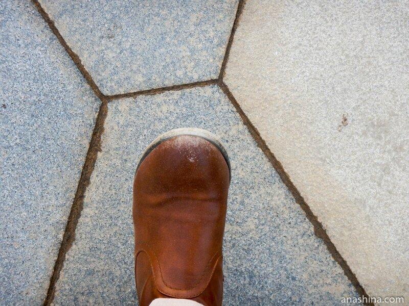 """Обувь после хождения по дорожкам парка, парк """"Зарядье"""", Москва"""