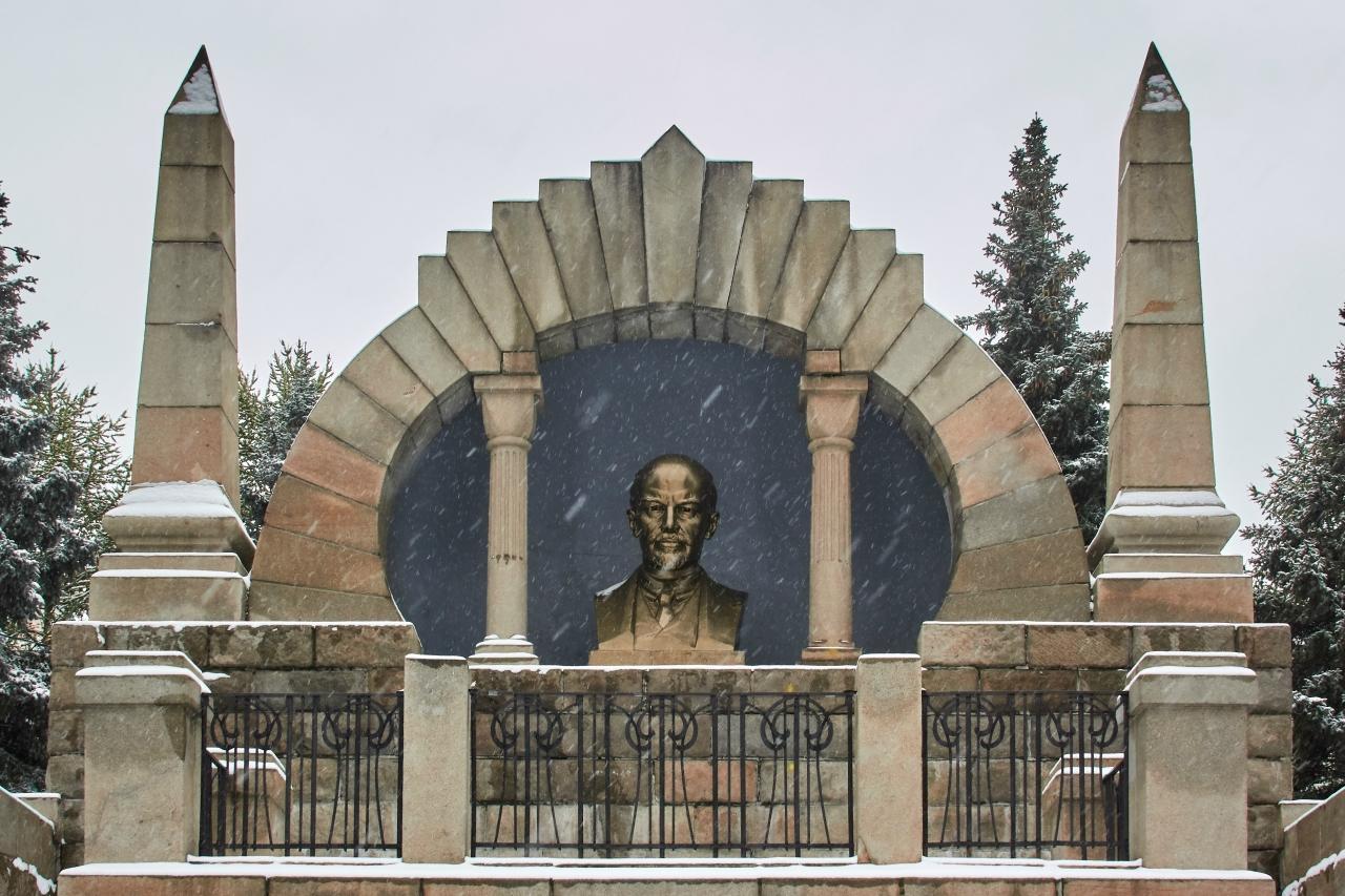 Памятник с крестом на просвет Сергиевск Ваза. Габбро-диабаз Петухово