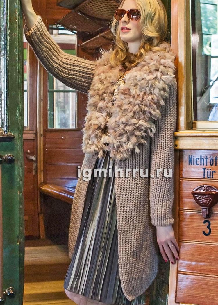 Бежевое шерстяное пальто с отдельно связанным меховым воротником. Вязание спицами и крючком