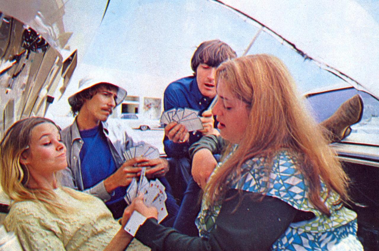 «The Mamas & The Papas» играют в карты