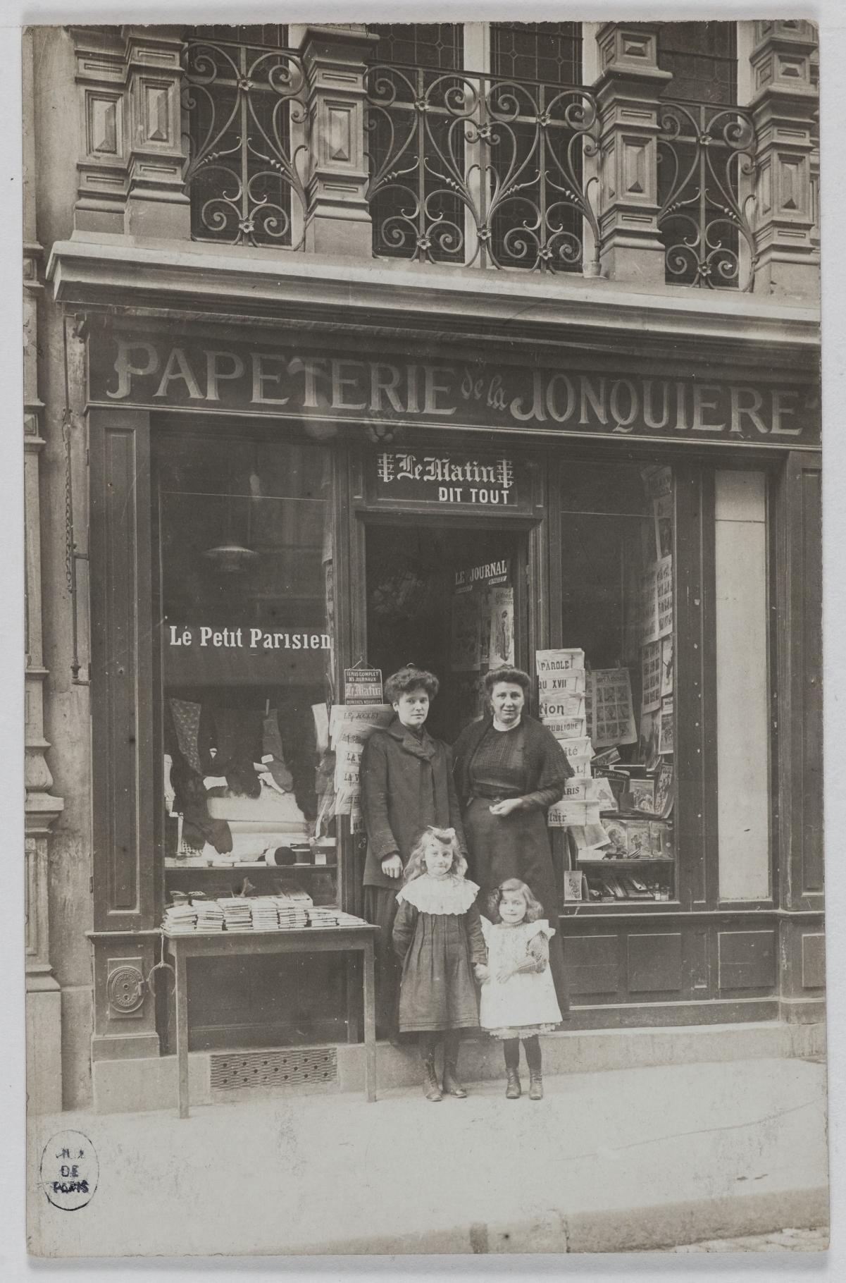1905-1915. Канцелярские принадлежности La Jonquière, 18, rue de la Jonquière (17-й округ). Сейчас на этом месте офис компании Startup Sesame
