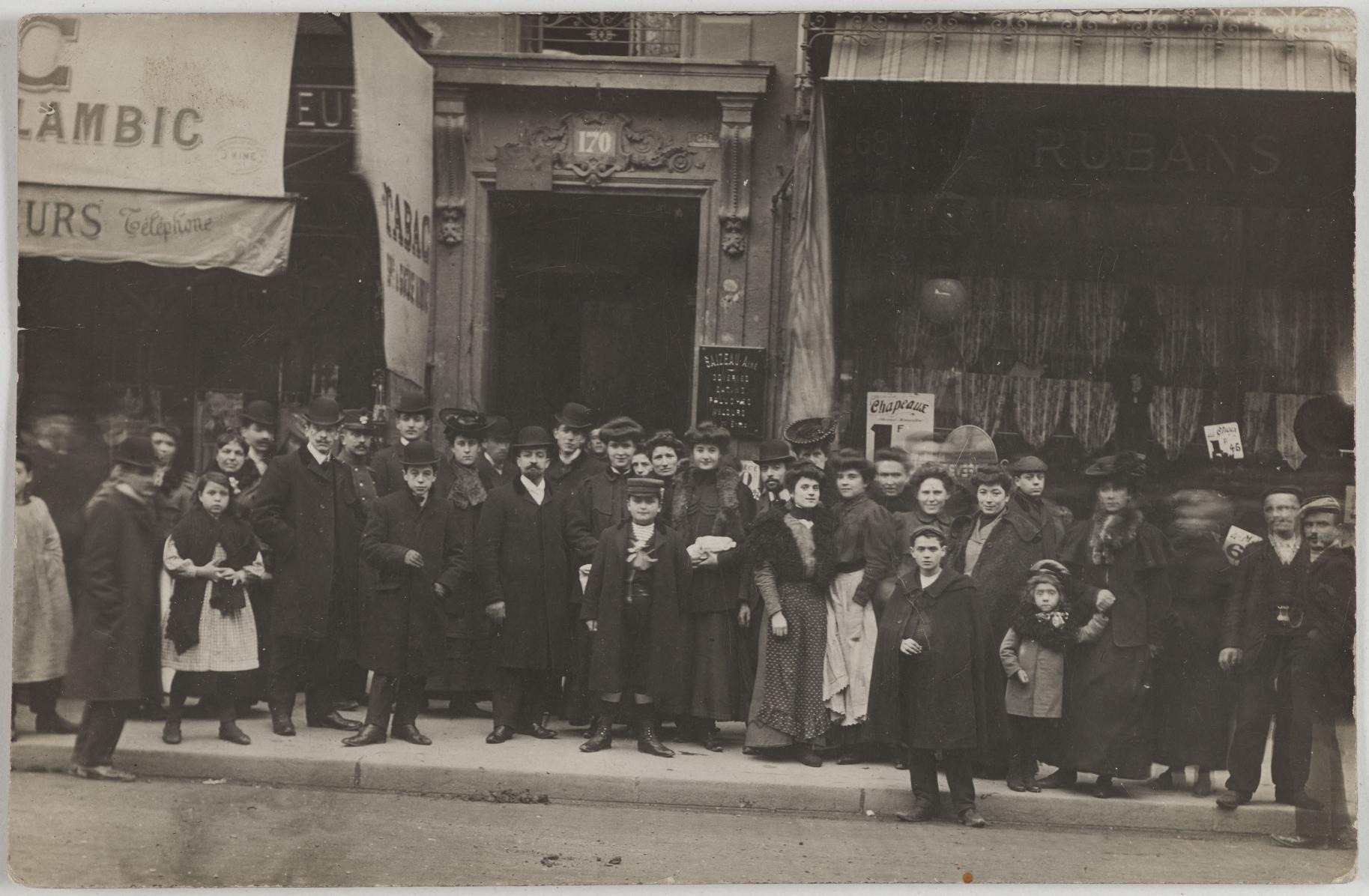 1907. Кафе, табак. 170, rue du Temple. Сейчас на этом месте магазин изделий из кожи. Ленты и шелка. 169, rue du Temple (3-й округ). Сейчас на этом месте оптовая продажа ювелирных изделий