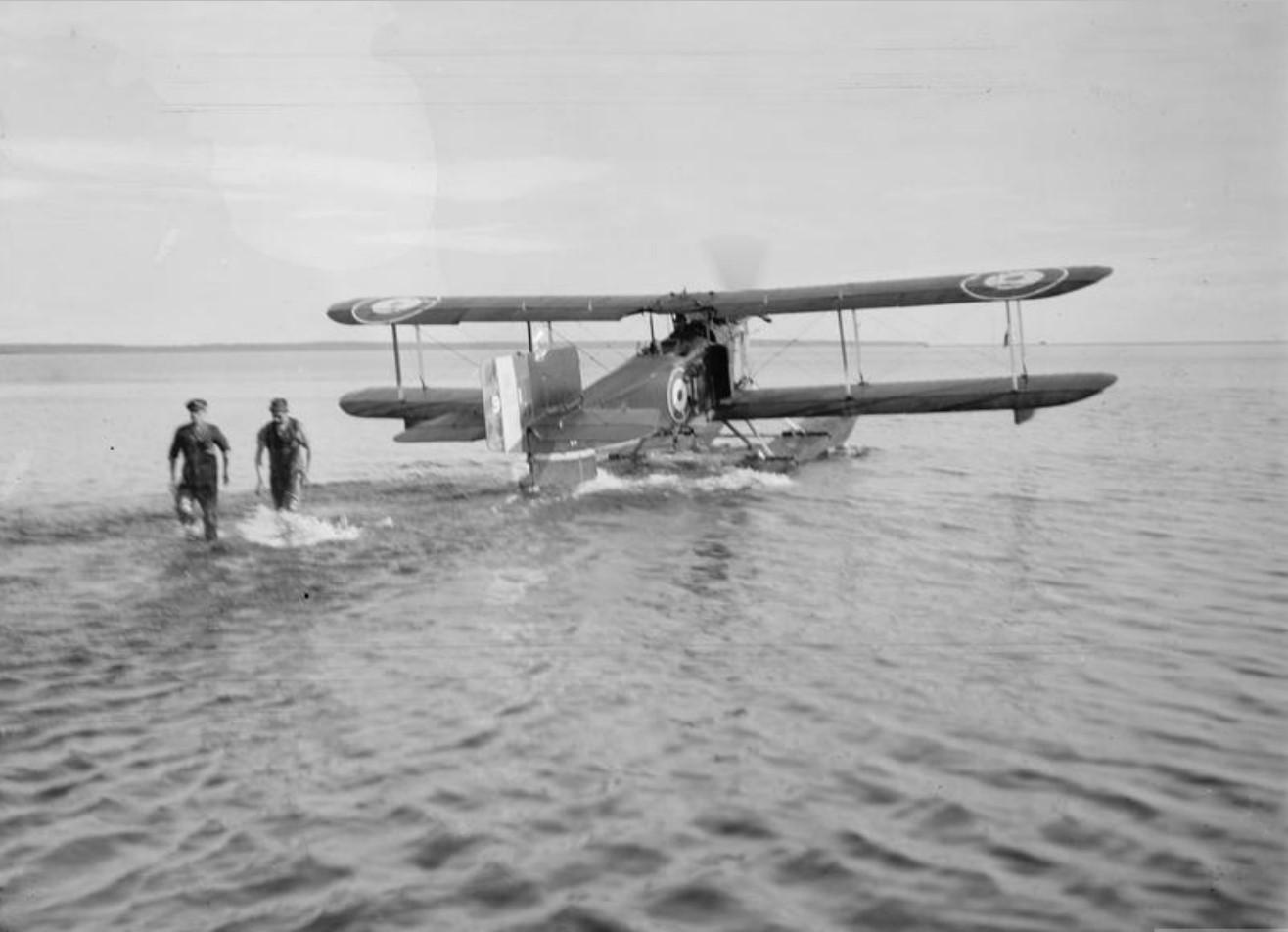 Генерал Генри Сеймур Роулинсон начинает полет на гидросамолете Fairey IIIC. Онежское озеро, Медвежья гора, октябрь 1919