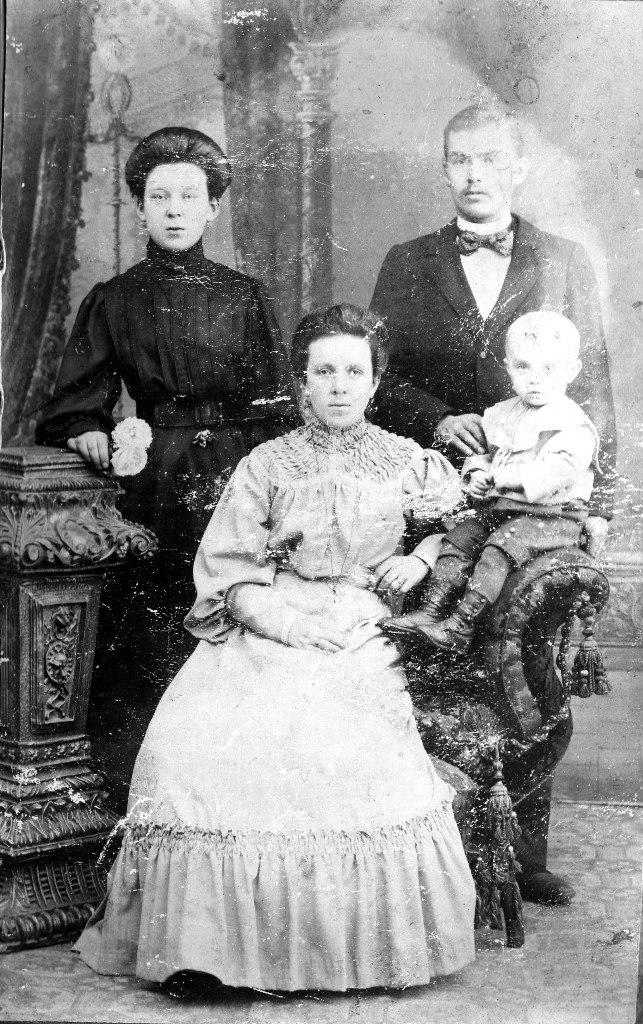 Гудовские Фёдор и Екатерина (в девичестве Яковлева) с сыном и сестра Екатерины - Нина