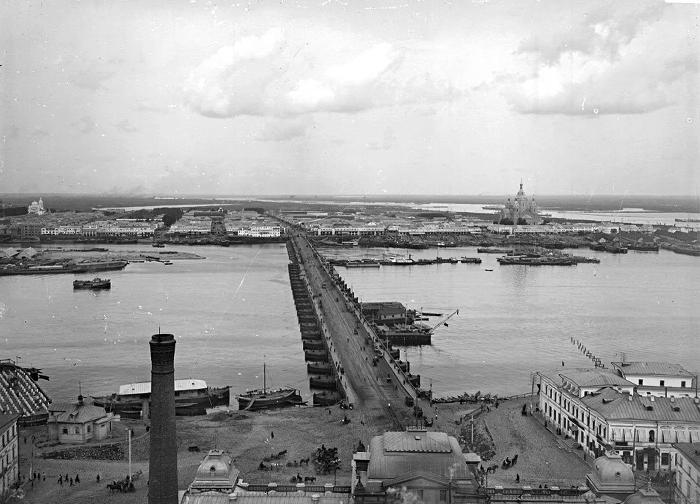 Вид на плашкоутный мост с точки расположенный за зданием городской электростанции