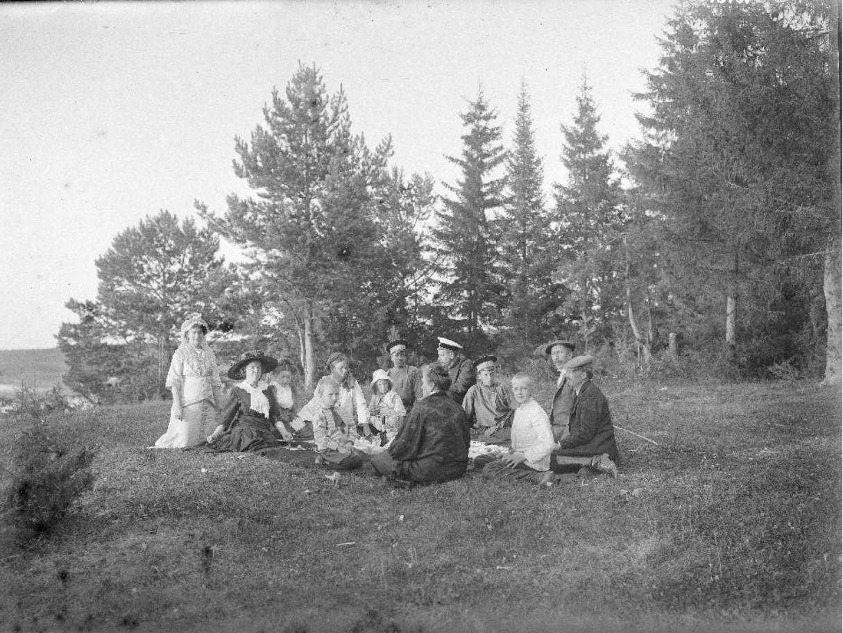 Группа людей на пикнике