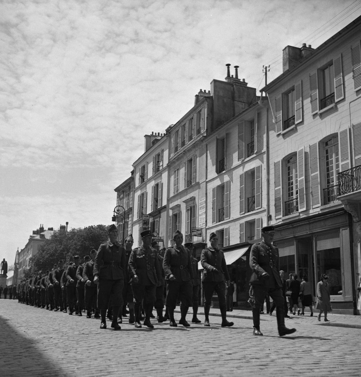 33. Легионеры проходят колонной к вокзалу по городским улицам