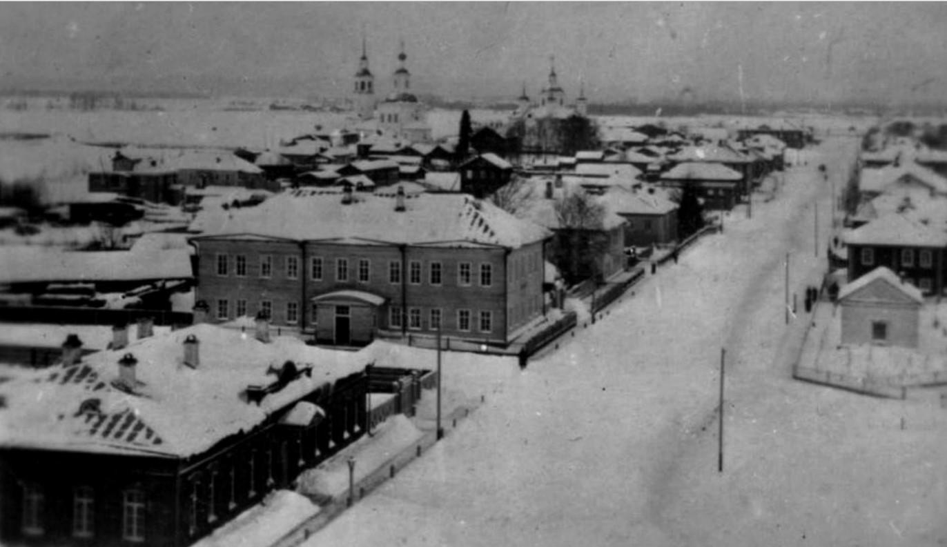 Вид с колокольни Покровской церкви на Покровскую улицу
