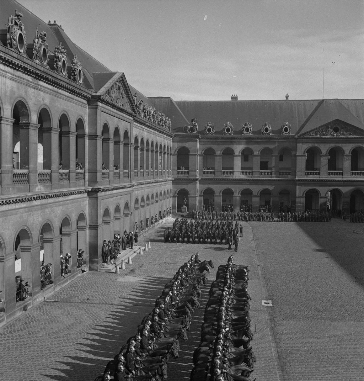 38. Затем под исполнение музыкантами из ВВС Полк Самбры-и-Мааса добровольцы проходят перед трибуной. Возглавляет легионеров капитан Демессин