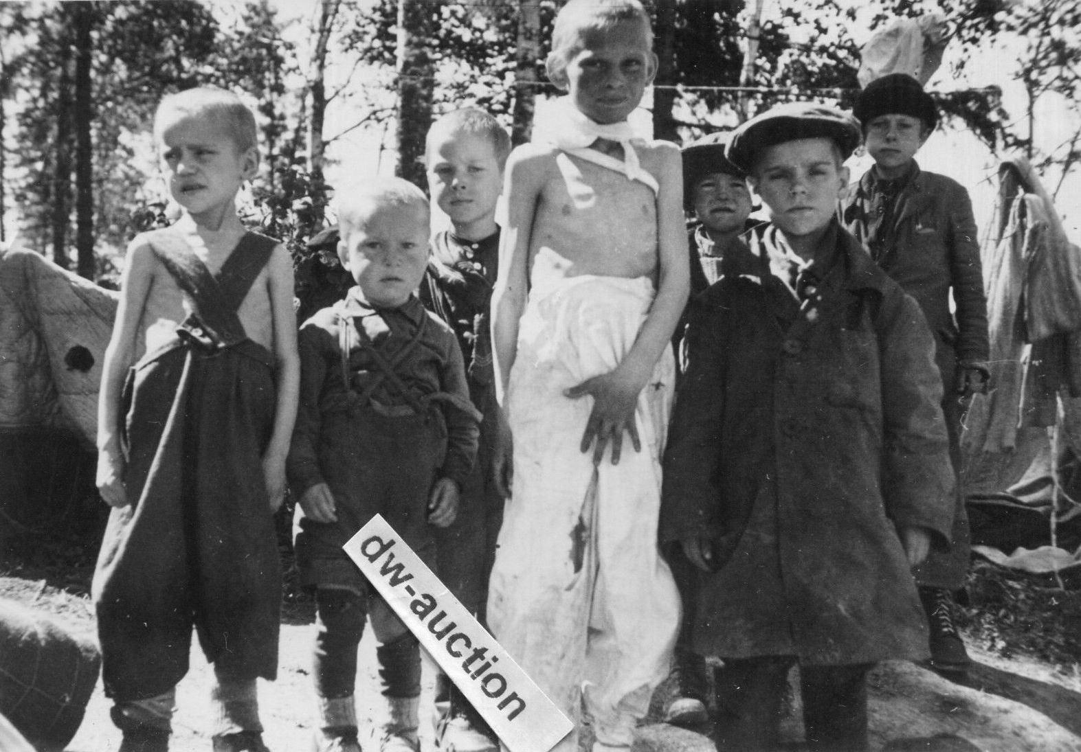 Дети, вышедшие в расположение немецких войск из зоны окружения. Район Волхова, 1942 год.