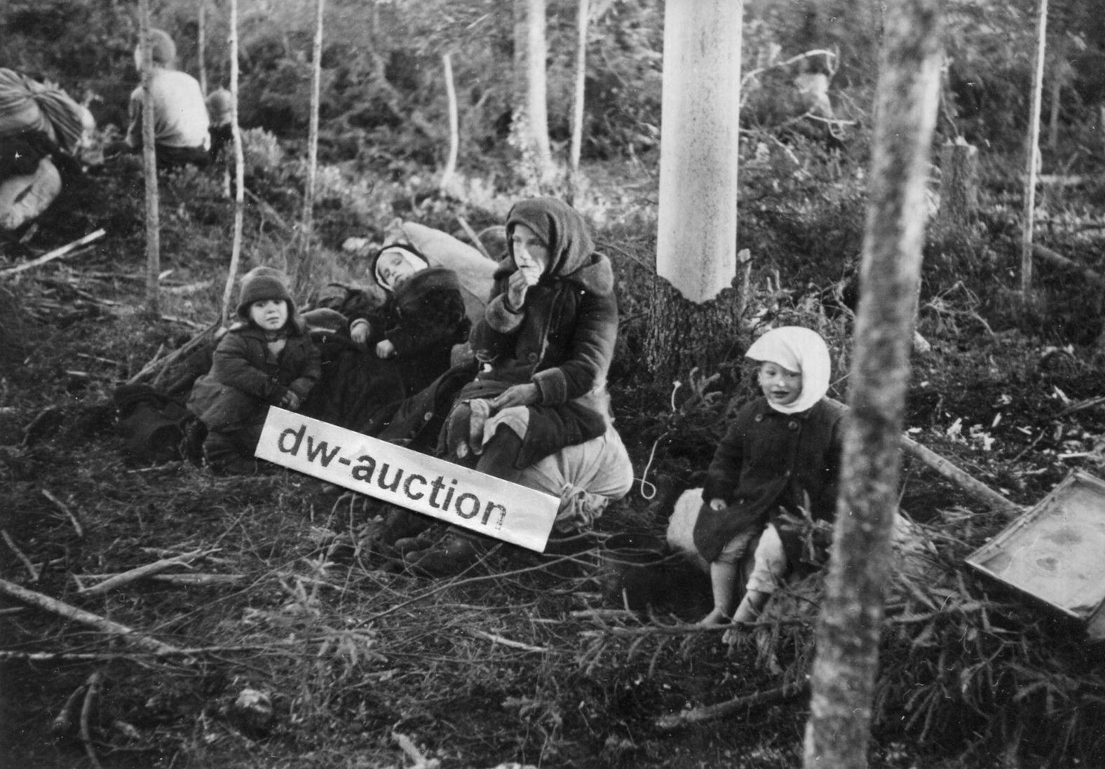Местные жители, вышедшие в расположение немецких войск из зоны окружения. Район Волхова, 1942 год.