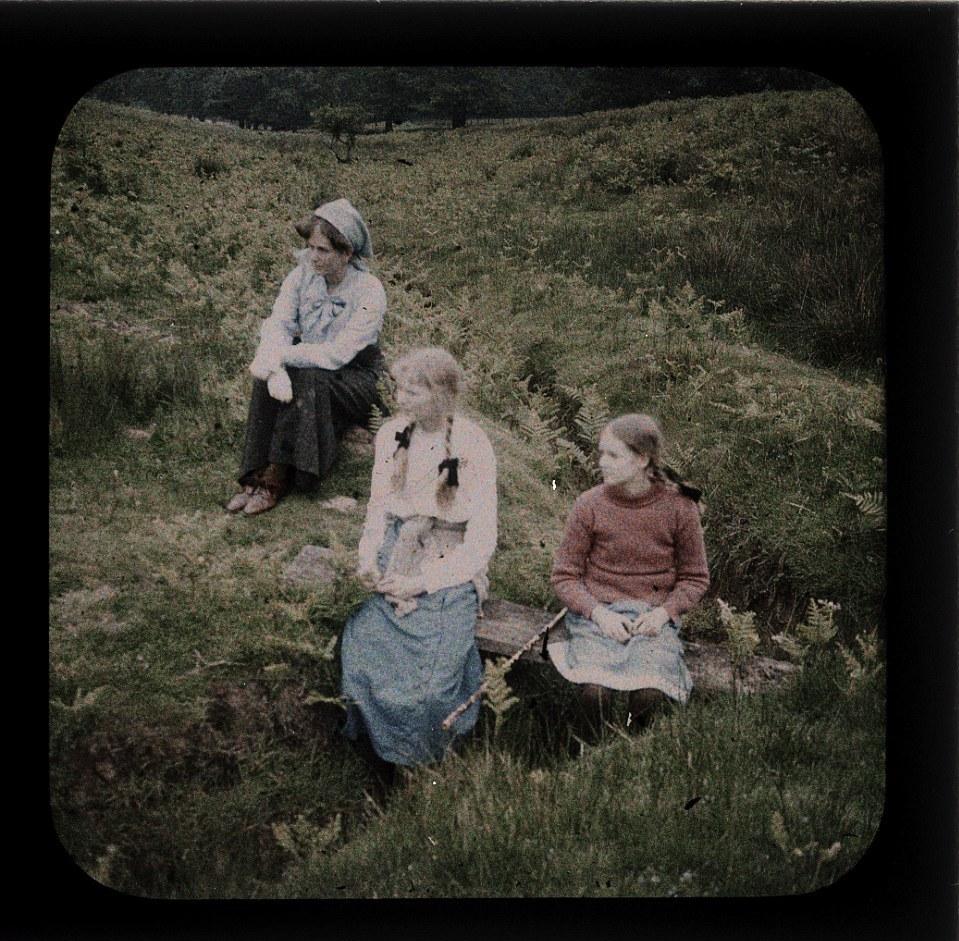 На этих слайдах, обнаруженных в одном из музеев Лондона, Кристина снята со своей мамой и младшей сес